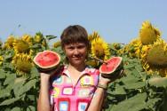 Девушка с арбузами